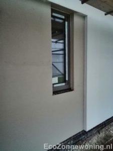 Foto zijwand met nieuw stucwerk naast raam