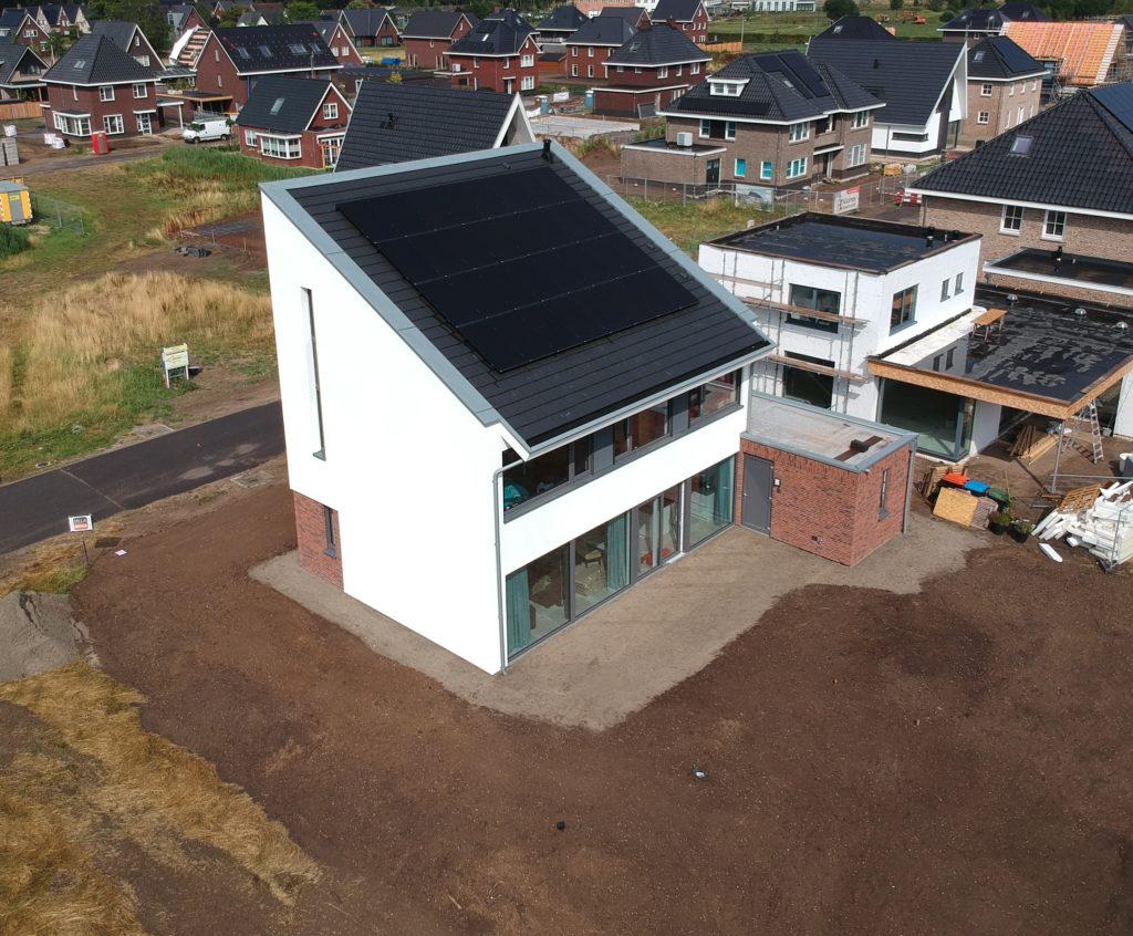 drone shot van huis met verse aarde