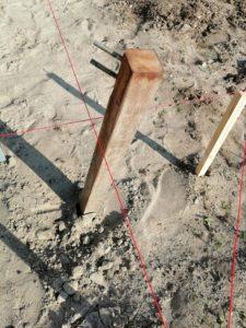 met metseltouw uitgemeten positie in het zand