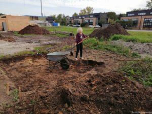 Dochter helpt mee met uitgraven