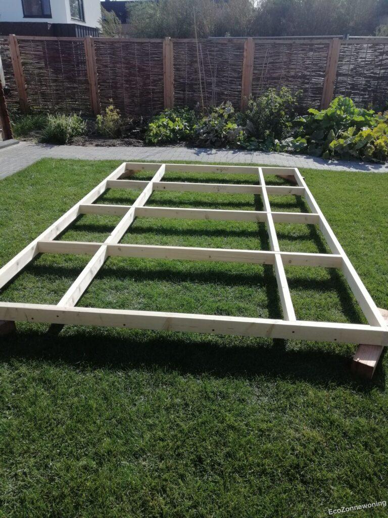 Frame samengesteld op het gras