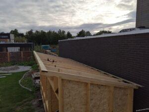 planken op de dakbalken