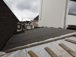 Onderlaag bitumen op het dak