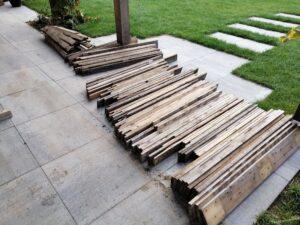 Planken pallethout naast elkaar op de grond