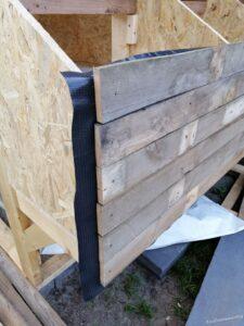 Voorkant legkasten bekleed met damplaag en pallethout