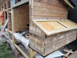 deksel legkasten zonder het recyclehout maar met gemonteerde scharnieren