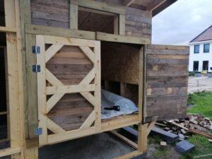 Pallethout ook op de achterkant van de kippendeuren