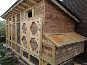 Afgewerkte buitenkant met pallethout