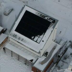 Luchtfoto van woning in de sneeuw - paar panelen bedekt met sneeuw